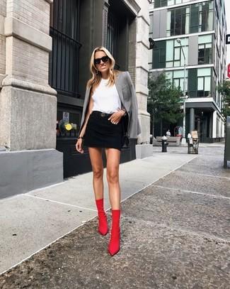 Cómo combinar: botines de elástico rojos, minifalda vaquera negra, blusa sin mangas blanca, blazer gris