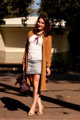 Cómo combinar: bailarinas de cuero en beige, minifalda vaquera azul, blusa sin mangas blanca, gabardina de ante marrón