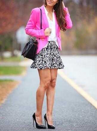 Cómo combinar: zapatos de tacón de cuero negros, minifalda con estampado geométrico en blanco y negro, camisa de vestir de seda blanca, blazer cruzado rosa