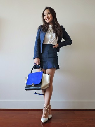 Combinar un bolso de hombre de cuero azul: Considera ponerse un blazer azul marino y un bolso de hombre de cuero azul transmitirán una vibra libre y relajada. Zapatos de tacón de cuero con tachuelas blancos son una opción práctica para completar este atuendo.