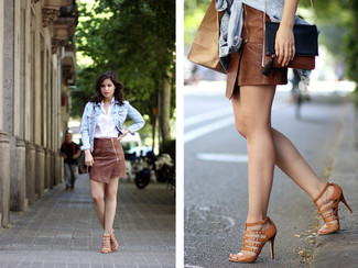Combinar una minifalda de cuero marrón: Considera emparejar una chaqueta vaquera celeste con una minifalda de cuero marrón transmitirán una vibra libre y relajada. ¿Quieres elegir un zapato informal? Elige un par de sandalias romanas de cuero marrónes para el día.