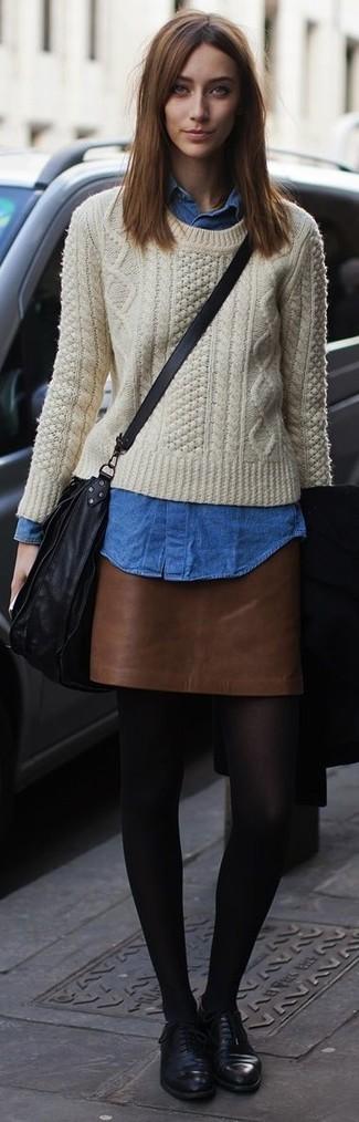 Combinar una minifalda de cuero marrón: Considera emparejar un jersey de ochos en beige con una minifalda de cuero marrón para conseguir una apariencia glamurosa y elegante. Completa tu atuendo con zapatos oxford de cuero negros para mostrar tu lado fashionista.