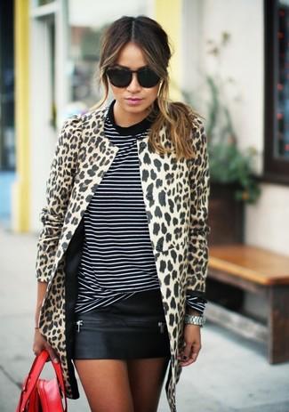 Combinar un abrigo de leopardo en beige: Intenta ponerse un abrigo de leopardo en beige y una minifalda de cuero negra y te verás como todo un bombón.