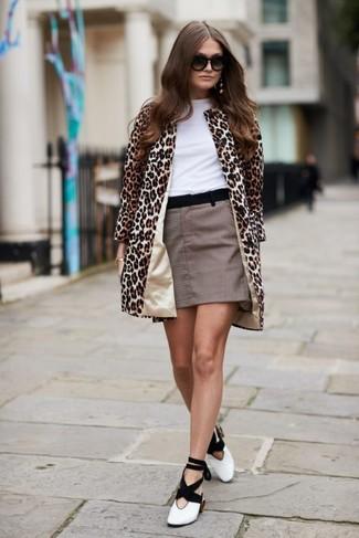 Combinar un abrigo de leopardo en beige: Para un atuendo que esté lleno de caracter y personalidad casa un abrigo de leopardo en beige junto a una minifalda a cuadros marrón. Zapatos de tacón de cuero en blanco y negro son una opción inigualable para completar este atuendo.