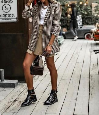 Para un atuendo que esté lleno de caracter y personalidad usa un blazer cruzado de tartán marrón y una minifalda con recorte marrón claro. Con el calzado, sé más clásico y opta por un par de botines con cordones de cuero con recorte negros.