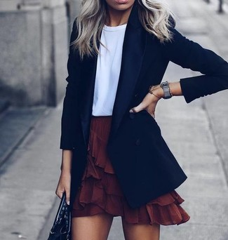 Cómo combinar: bolsa tote de cuero negra, minifalda con volante burdeos, camiseta con cuello circular blanca, blazer negro