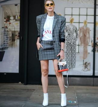 Cómo combinar: botines de cuero blancos, minifalda de tartán gris, camiseta con cuello circular estampada en blanco y rojo, blazer de tartán gris