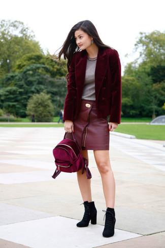 Cómo combinar: botines con cordones de ante negros, minifalda de cuero roja, camiseta con cuello circular gris, blazer de terciopelo burdeos