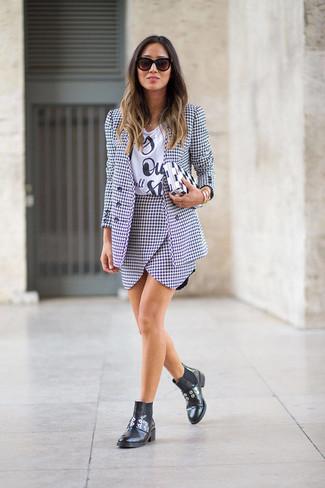Cómo combinar: botines chelsea de cuero negros, minifalda de pata de gallo en blanco y negro, camiseta con cuello circular estampada en blanco y negro, blazer de pata de gallo en blanco y negro