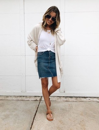 Cómo combinar: sandalias de dedo de cuero marrónes, minifalda vaquera azul marino, camiseta con cuello circular blanca, cárdigan abierto en beige