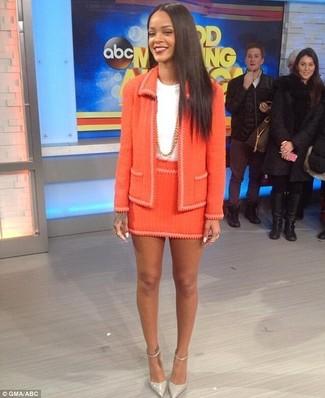 Cómo combinar: zapatos de tacón de cuero grises, minifalda de tweed naranja, camiseta con cuello circular blanca, chaqueta de tweed naranja