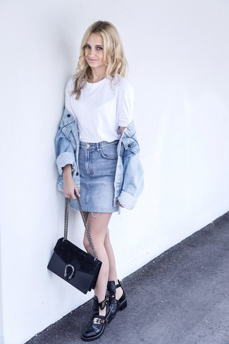 Cómo combinar: botines de cuero con recorte negros, minifalda vaquera celeste, camiseta con cuello circular blanca, chaqueta vaquera celeste