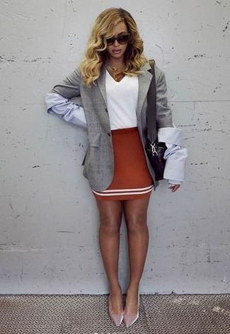 Cómo combinar: zapatos de tacón de terciopelo rosados, minifalda roja, camiseta con cuello en v blanca, blazer gris