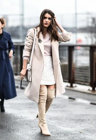 Cómo combinar: botas sobre la rodilla de ante en beige, minifalda de encaje blanca, camiseta de manga larga en beige, abrigo en beige