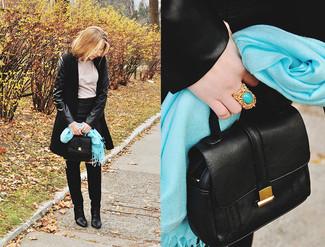 Cómo combinar: botas sobre la rodilla de ante negras, minifalda de cuero negra, camiseta de manga larga en beige, abrigo negro