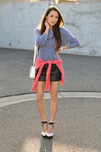 Cómo combinar: zapatos de tacón de cuero en blanco y negro, minifalda de cuero negra, camiseta de manga larga celeste, jersey con cuello circular rosa