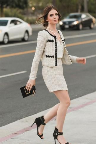 Cómo combinar: sandalias de tacón de ante negras, minifalda de tweed en beige, camiseta sin manga de seda blanca, chaqueta de tweed en beige
