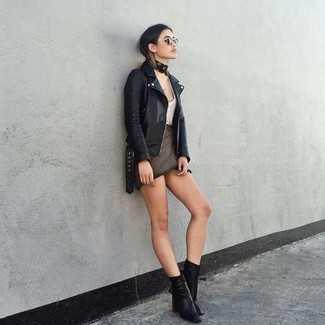 Cómo combinar: botines de cuero negros, minifalda en gris oscuro, camiseta sin manga blanca, chaqueta motera de cuero negra