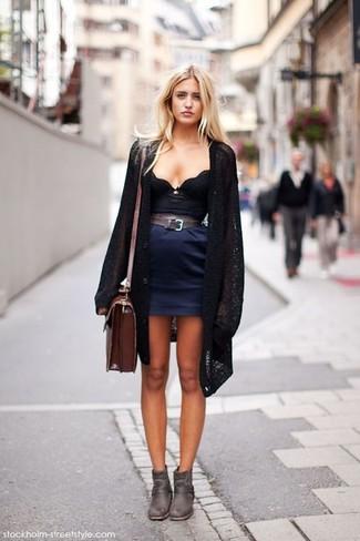 Cómo combinar: botines de cuero en marrón oscuro, minifalda azul marino, corsé negro, cárdigan abierto de punto negro
