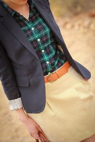Cómo combinar: correa de cuero en tabaco, minifalda dorada, camisa de vestir de tartán en azul marino y verde, blazer azul marino