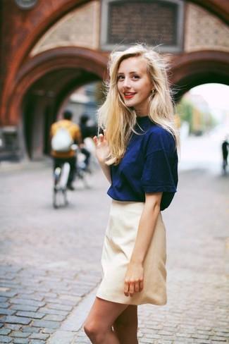 Cómo combinar: minifalda en beige, camiseta con cuello circular azul marino