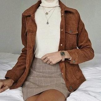 Cómo combinar: reloj de cuero marrón claro, minifalda de tartán en beige, jersey de cuello alto blanco, chaqueta estilo camisa de pana marrón