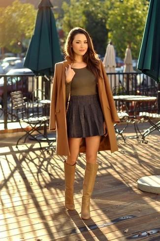 Cómo combinar: botas de caña alta de cuero marrón claro, minifalda plisada en gris oscuro, camiseta de manga larga verde oliva, abrigo marrón