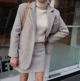 Cómo combinar: bolso bandolera de cuero marrón claro, minifalda de lana gris, jersey de cuello alto de punto en beige, abrigo gris