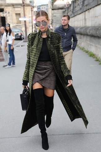 Cómo combinar: botas sobre la rodilla de ante negras, minifalda de terciopelo en gris oscuro, jersey con cuello circular negro, abrigo de terciopelo verde oliva