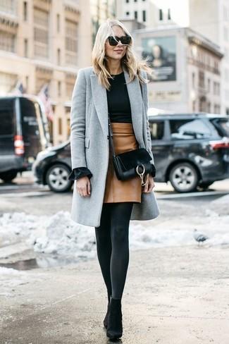Cómo combinar: botines de ante negros, minifalda de cuero marrón claro, jersey con cuello circular negro, abrigo gris