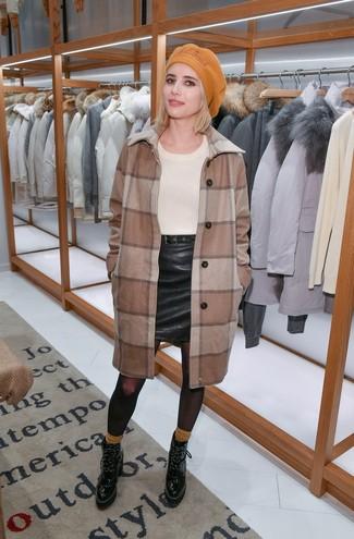 Cómo combinar: botines con cordones de cuero negros, minifalda de cuero negra, jersey con cuello circular en beige, abrigo a cuadros marrón
