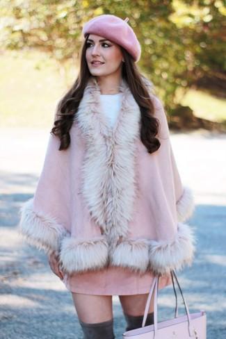Cómo combinar: botas sobre la rodilla de ante en gris oscuro, minifalda de ante rosada, jersey con cuello circular blanco, capa rosada