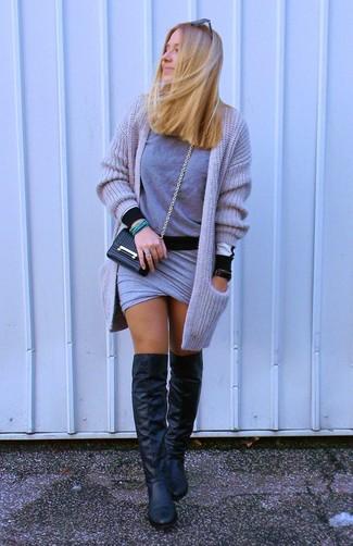 Cómo combinar: botas sobre la rodilla de cuero negras, minifalda gris, jersey con cuello circular gris, cárdigan abierto de punto gris