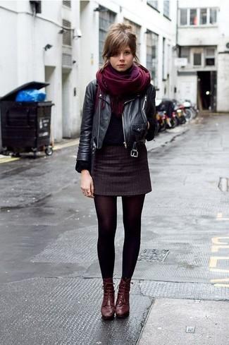 Cómo combinar: botines con cordones de cuero burdeos, minifalda de rayas verticales negra, jersey con cuello circular negro, chaqueta motera de cuero negra