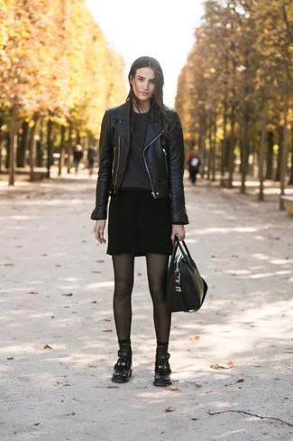Combinar unos calcetines negros: Elige una chaqueta motera de cuero negra y unos calcetines negros para un look agradable de fin de semana. Botines de cuero negros son una opción perfecta para completar este atuendo.