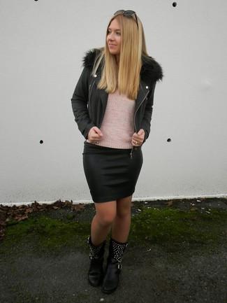 Cómo combinar: botas a media pierna de cuero con tachuelas negras, minifalda de cuero negra, jersey con cuello circular rosado, chaqueta motera negra