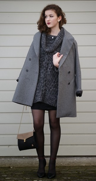 Combinar un jersey con cuello vuelto holgado en gris oscuro: Para crear una apariencia para un almuerzo con amigos en el fin de semana opta por un jersey con cuello vuelto holgado en gris oscuro y una minifalda negra. Zapatos de tacón de cuero negros son una opción grandiosa para complementar tu atuendo.
