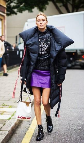 Cómo combinar: botines con cordones de cuero negros, minifalda de cuero morado, jersey de cuello alto de cuero estampado negro, abrigo de plumón negro
