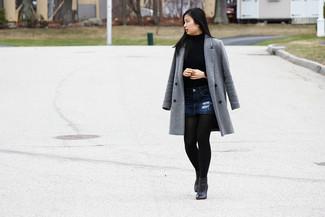 Cómo combinar: botines de cuero negros, minifalda vaquera azul marino, jersey de cuello alto azul, abrigo gris