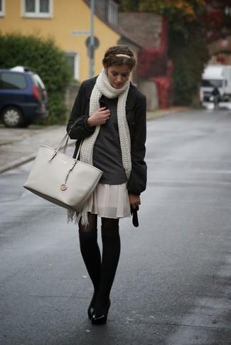 Cómo combinar: bolsa tote de cuero gris, minifalda de seda plisada en beige, jersey de cuello alto en gris oscuro, abrigo en gris oscuro