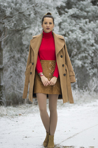 Cómo combinar: botines de ante marrónes, minifalda de ante marrón, jersey de cuello alto rojo, abrigo marrón claro