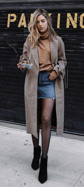 Cómo combinar: botines de ante negros, minifalda vaquera azul, jersey de cuello alto de lana marrón claro, abrigo a cuadros marrón