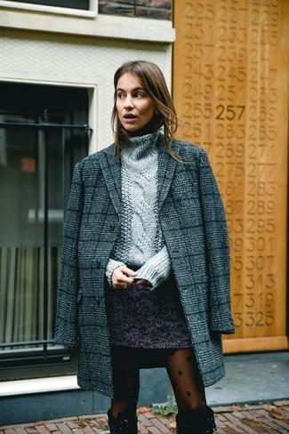 Cómo combinar: botas de caña alta de ante negras, minifalda de tweed en gris oscuro, jersey de cuello alto de punto gris, abrigo de tartán en gris oscuro