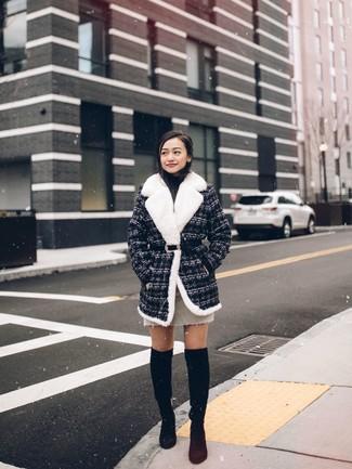 Cómo combinar: botas sobre la rodilla de ante negras, minifalda en beige, jersey de cuello alto negro, abrigo de tweed en gris oscuro