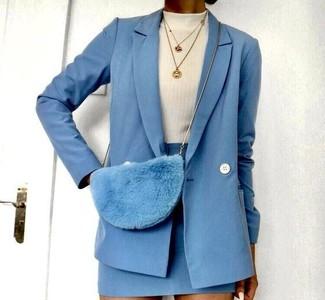 Cómo combinar: bolso bandolera de pelo celeste, minifalda de lana celeste, jersey de cuello alto blanco, blazer cruzado de lana celeste