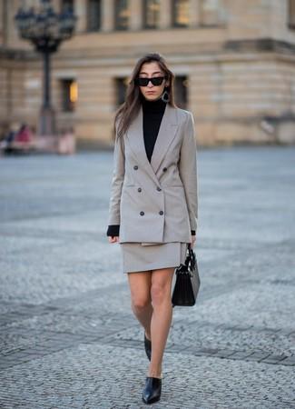 Cómo combinar: chinelas de cuero negras, minifalda a cuadros gris, jersey de cuello alto negro, blazer cruzado a cuadros gris