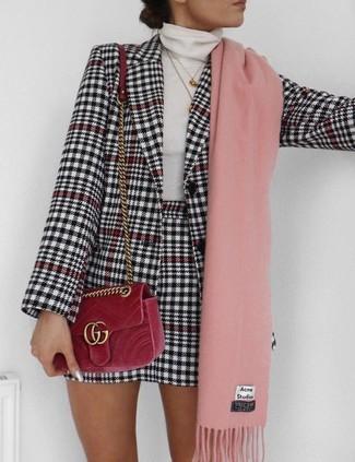 Cómo combinar: bolso bandolera de terciopelo rojo, minifalda de pata de gallo en blanco y negro, jersey de cuello alto blanco, blazer de pata de gallo en blanco y negro