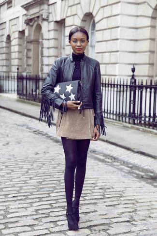 Cómo combinar: zapatos de tacón de ante negros, minifalda de ante en beige, jersey de cuello alto negro, cazadora de aviador de cuero сon flecos negra
