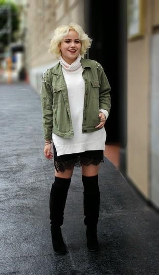 Cómo combinar: botas de caña alta de ante negras, minifalda de encaje negra, jersey de cuello alto blanco, chaqueta militar verde oliva