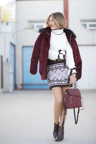 Cómo combinar: botines de cuero negros, minifalda con estampado geométrico negra, jersey de cuello alto de punto blanco, plumífero burdeos